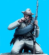 C44 - Confederate infantry on knees biting cartridge. 54mm Confederate infantry (unpainted kit). (removeable blanket-roll) - EN STOCK