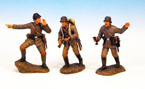 GST.5 - Officers and NCO advancing, 3 German figures