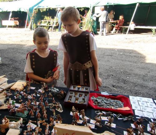 Gouy-lez-Piéton 2014 - Stand du Royaume du Soldat - enfants en admiration devant les figurines ROSE MINIATURES