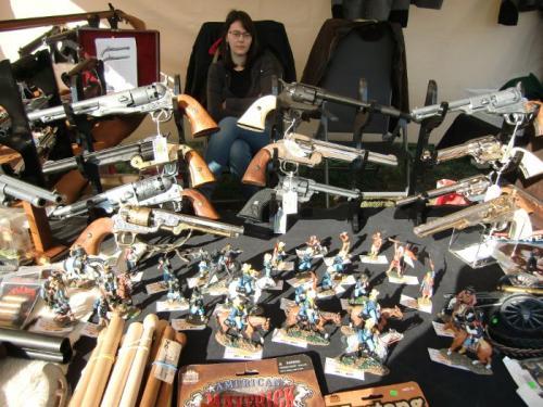 Havré 2018 - Stand du Royaume du Soldat avec Lisa, figurines King  Country et armes décoratives DENIX