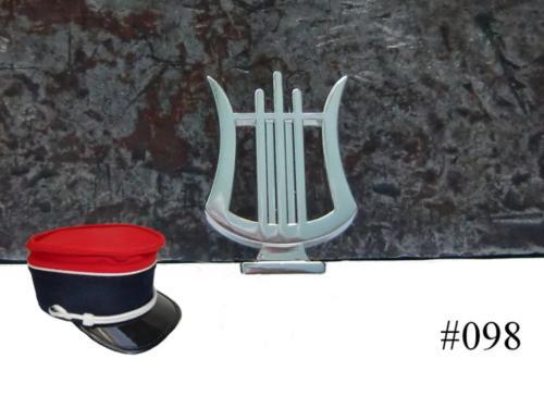 Insigne en forme de lyre pour képi de tambour ou musicien marcheur (Insigne en zamak finition nickelé avec monture à pattes repliables) - 19 X 27 mm. - Fabriqué en France - EN STOCK