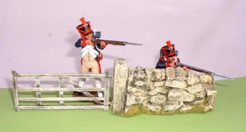 JG Miniatures - C08f - Gate seen here fitted to gatepost avec 2 figurines King and Country au 1-30ème