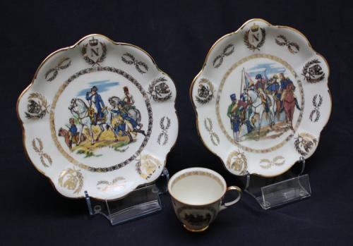 Label Easels - KG6 et KG4 - grand et petit présentoirs pour assiettes en acrylique transparent avec assiettes napoléoniennes - EN STOCK