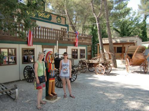 OK Corral - Expo de véhicules hippomobiles - De gauche à droite Josette, un indien en bois et Lisa