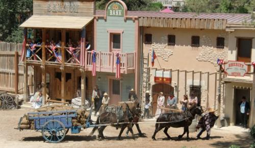 OK Corral - défilé - charrette marchandises avec ânes et mexicain