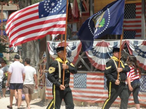 OK Corral - parade en rue US army porte drapeaux