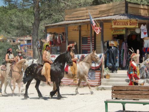 OK Corral - parade en rue indiens à cheval