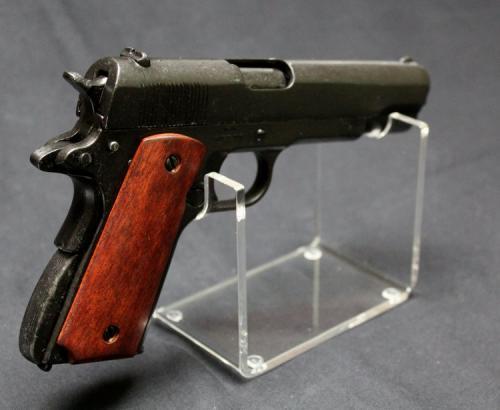 RDS5 - Pistol Stand - présentoir pour armes de poing avec un M1911 pistol, made by Colt, USA 1911 fabriqué par DENIX