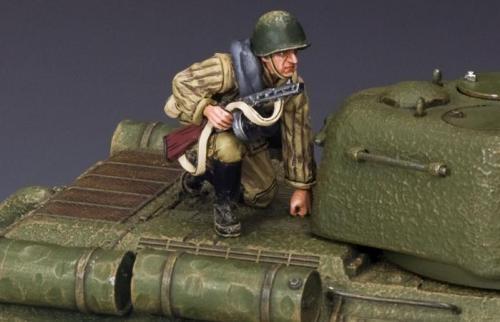 RA024 - Soldier Holding burp gun