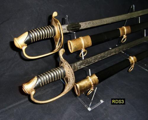 RDS3 - Double Sword Display Stands - présentoir double en acrylique transparent pour sabres et épées avec ici 2 sabres confédérés (sudistes) - EN STOCK