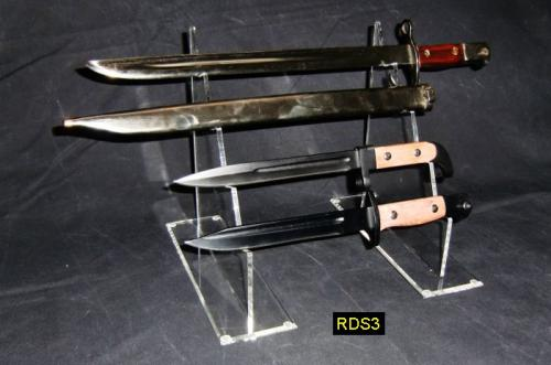 RDS3 - Double Sword Display Stands - présentoir double en acrylique transparent pour sabres et épées présenté ici avec des baïonettes - EN STOCK