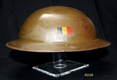 RDS6 - Helmet Stand - Présentoir ou Porte casque (petit modèle) en acrylique transparent avec casque plat de l armée belge (Base 12,7 X 12,7 cm - Haut. 15 cm) - EN STOCK