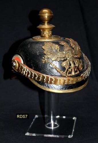 RDS7 - Helmet Stand -  Présentoir ou Porte casque (moyen modèle) en acrylique transtarant avec casque de l artillerie allemande WWI - EN STOCK