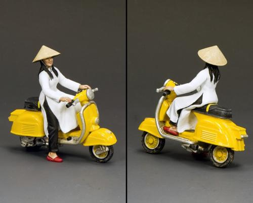 VN106 - The Golden Yellow Vespa Girl - disponible fin août